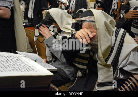 88 year old man orthodox Jewish man leads morning prayer services at Lubavitch synagogue in Crown Heights, Brooklyn, - Stock Photo