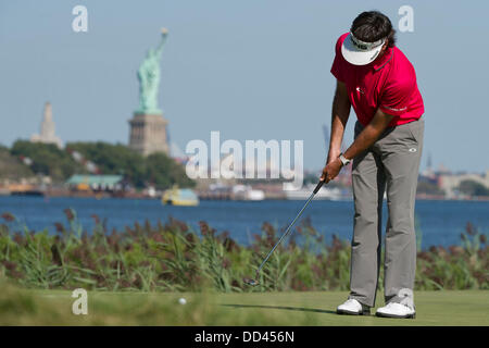 Jersey City, New Jersey, USA. 25th Aug, 2013. August 25, 2013: Bubba Watson (USA) puttsl on the 14th green in front - Stock Photo
