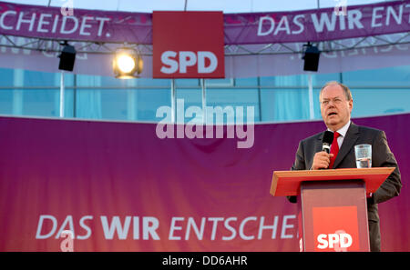 Kiel, Germany. 27th Aug, 2013. SPD chancellor candidate Peer Steinbrueck (R) speaks during an election campaign - Stock Photo