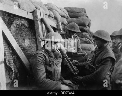 British WW1 machine gun crew in a front line trench. 1914-18. (BSLOC 2012 4 125) - Stock Photo
