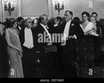 Franklin Roosevelt sworn in as Governor of New York in 1930. L-R: Edith Lehman(?), Lt. Gov. Herbert Lehman, Judge - Stock Photo