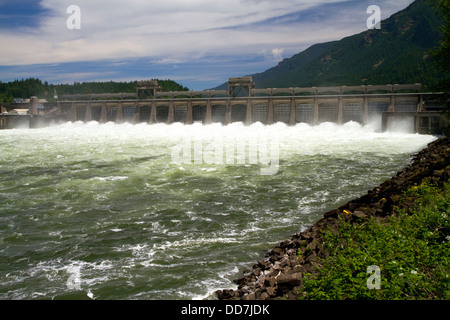 Bonneville Lock and Dam spans the Columbia River between Oregon and Washington, USA. - Stock Photo