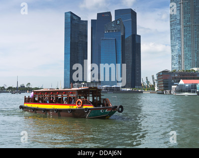 dh Marine Bay DOWNTOWN CORE SINGAPORE Bumboat cruise tours Singapore water taxi boats skyscrapers - Stock Photo