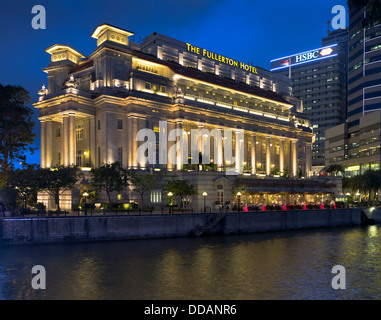 dh River Singapore DOWNTOWN CORE SINGAPORE The Fullerton Hotel building evening light floodlit hotels - Stock Photo