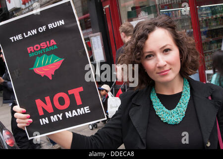 London, UK. 01st Sep, 2013. Romanians and environmentalists protest in London against plans by the Romanian government - Stock Photo