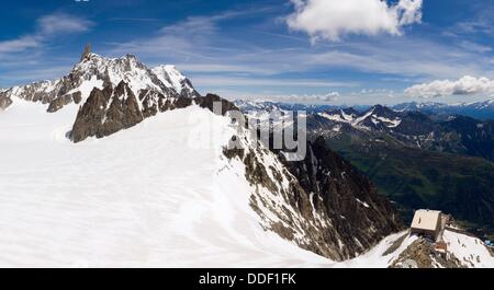 Torino refuge and Dent du Geant (´Giant´s Tooth´) at the western end of the Rochefort ridge from glacier´s terrace - Stock Photo
