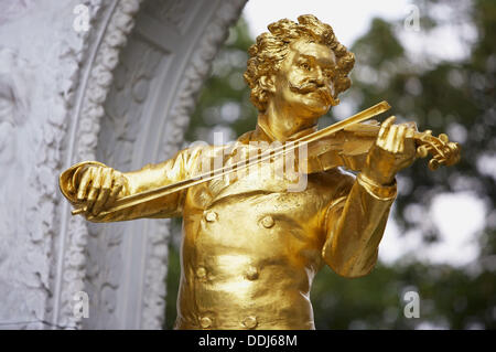 Gilded bronze monument of Johann Strauss II in Stadtpark, Vienna. Austria - Stock Photo