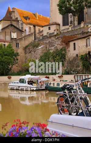 Holidays making on boats on the river Baïse at Nérac, under Henri IV palace with the orange roof, Lot-et-Garonne, - Stock Photo