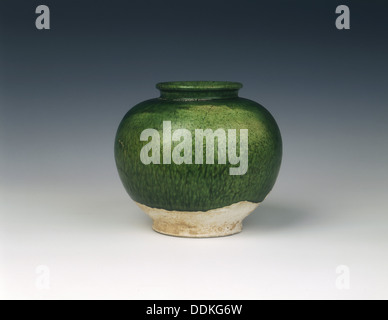 Green lead glazed wannian jar, Tang dynasty, China, 618-907 AD. - Stock Photo