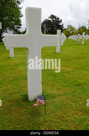 White stone crosses at the graves of American war dead at Omaha cemetery, Normandy, France - Stock Photo