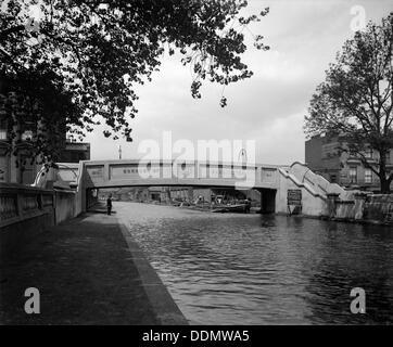 A footbridge over the Grand Union Canal at Formosa Street, Paddington, London, 1914. Artist: Bedford Lemere and - Stock Photo