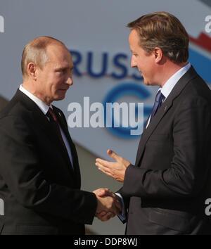 St. Petersburg, Russia. 05th Sep, 2013. Russian President Vladimir Putin (L) welcomes Britain's Prime Minister David - Stock Photo