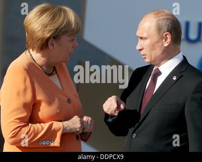St. Petersburg, Russia. 05th Sep, 2013. Russian President Vladimir Putin welcomes German Chancellor Angela Merkel - Stock Photo