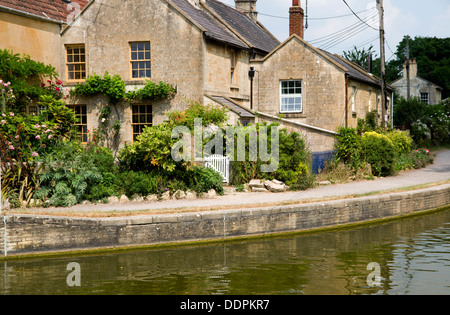 Houses beside Kennet and Avon Canal, Bradford on Avon, Wiltshire, England. - Stock Photo