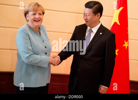 St. Petersburg, Russia. 06th Sep, 2013. German Chancellor Angela Merkel is welcomed by China's President Xi Jingping - Stock Photo
