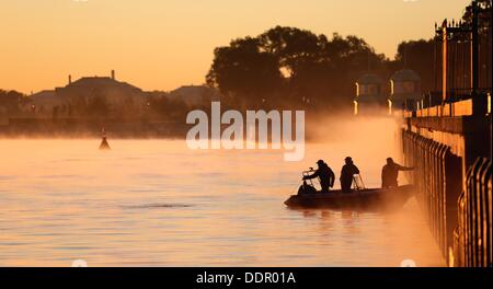 St. Petersburg, Russia. 06th Sep, 2013. Policemen by boat secure the G20 summit. The G20 summit takes place from - Stock Photo