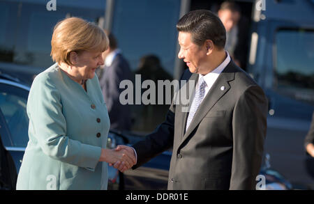 St. Petersburg, Russia. 06th Sep, 2013. German Chancellor Angela Merkel is welcomed by Chinese president Xi Jingping - Stock Photo