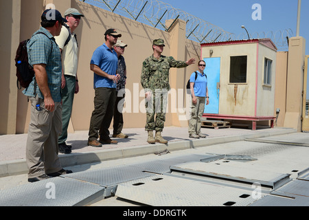 Lt. j.g. Matthew Colpitts, assigned to Commander, Task Group (CTG) 56.7, explains force protection measures in place - Stock Photo