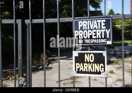 Private property no trespassing parking sign on gate - Stock Photo