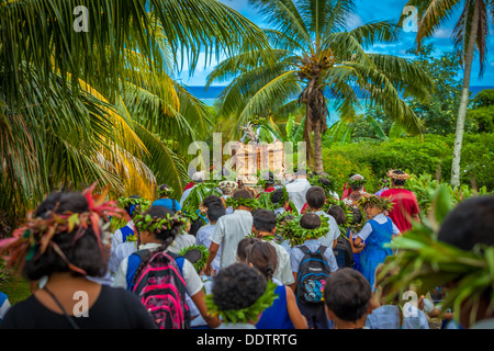 Aitutaki, Makirau Haurua in traditional costume being carried on a throne during his investiture - Cook Islands, - Stock Photo