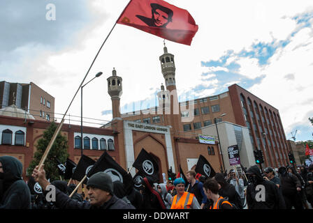 London, UK. 7th September 2013. Protesters are gathered to prevent EDL from entering to Tower Hamlet at Altab Ali - Stock Photo