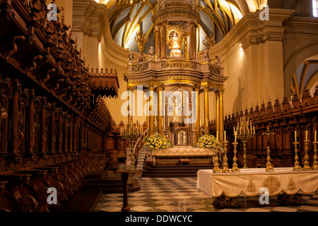 Catedral of Lima: detail of gilded altar seen from side, with graceful gilded ribbed arched ceiling, ornately carved - Stock Photo