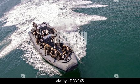 U.S. Marines assigned to Force Reconnaissance Platoon, Maritime Raid Force, 26th Marine Expeditionary Unit provide - Stock Photo
