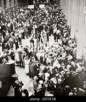 Depositors of the Union Trust Company, Cleveland, Ohio, USA, Great Depression, July 1933. Artist: Unknown - Stock Photo