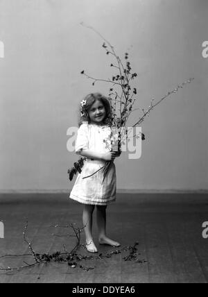 'The Spring', 1910. Posed portrait of a young girl photographed in Carl Christersson's studio, Landskrona, Sweden. - Stock Photo