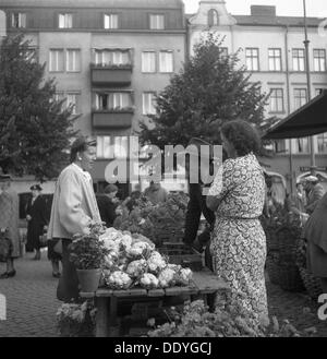 Fruit and vegetable stall selling cauliflowers in the market, Malmö, Sweden, 1947. - Stock Photo