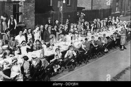 VE Day party, Dunstan Street, Netherfield, Nottinghamshire, May 1945. - Stock Photo
