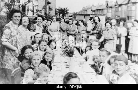 VE Day party, Park Avenue, Carlton, Nottingham, Nottinghamshire, May 1945. - Stock Photo