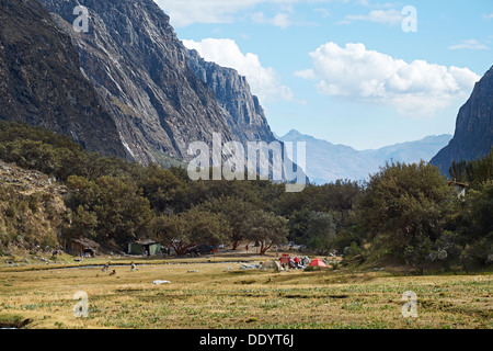 Pisco valley campsite in the Huascarán National Park, Peruvian Andes. - Stock Photo