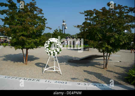 Arlington, Virginia, USA. 11th Sep, 2013. A wreath that was placed by United States President Barack Obama is see - Stock Photo