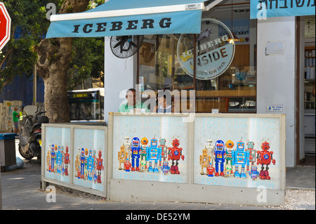 A couple is enjoying an ice-cream and coffee at an ice cream parlor in Rothschild Boulevard, Tel Aviv, Israel - Stock Photo