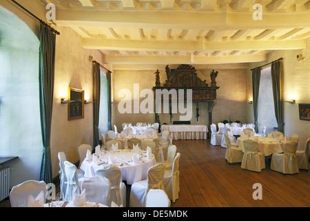 Rittersaal, festlich gedeckte Tische im Restaurant von Wasserschloss Haus Kemnade in Hattingen-Blankenstein, Ruhrgebiet, - Stock Photo