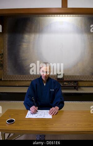 monks practicing calligraphy in meditation room,Temple Henjôkô  Japon, province de Wakayama, Mont Kôyasan, ensemble - Stock Photo