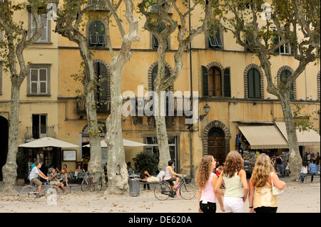 Lucca, Tuscany, Italy. Cafes bars restaurants apartments houses shops in the Piazza Napoleone in the old town centre - Stock Photo