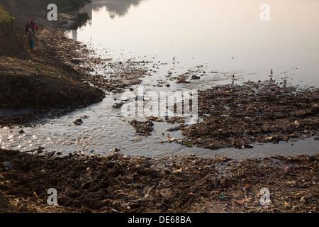 India, Uttar Pradesh, Agra, pollution in Yamuna river at Taj Mahal - Stock Photo