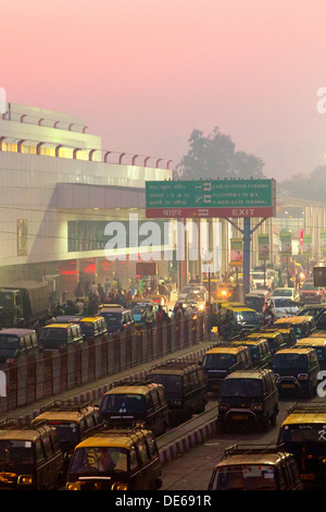 India, Uttar Pradesh, New Delhi Railway Station, Chelmsford road entrance at dawn - Stock Photo