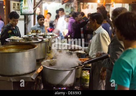 India, Uttar Pradesh, New Delhi typical evening instant food scene in the Paharganj district - Stock Photo