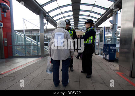 London, UK. 12th September 2013. A protester against the arms trade is questioned by police outside the Defence - Stock Photo