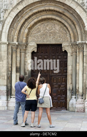 Visitors looking at the Romanesque façade of the Basilica of San Isidoro, Leon. Castilla-Leon, Spain - Stock Photo