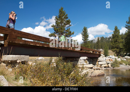 Visitors stop and enjoy the view from the  bridge crossing the Tuolumne river in Tuolumne Meadows in Yosemite National - Stock Photo