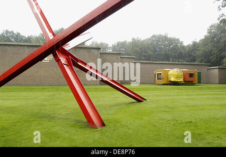 K-Piece by Mark di Suvero and Mobile Home by Joep Van Lieshout in background, Kröller-Müller Museum garden, Het - Stock Photo