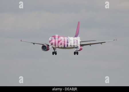 Wizz Air Airbus a320 HA-LWD coming into land at London-Luton Airport LTN - Stock Photo