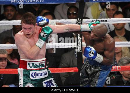 Las Vegas, Nevada, USA. 15th Sep, 2013. FLOYD 'MONEY' MAYWEATHER JR. (black & blue trunks) takes on SAUL 'CANELO' - Stock Photo