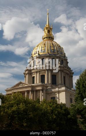 Parisian landmarks. The ornate golden dome above the Hôtel des Invalides, in Paris. Built by Louis XIV (The Sun - Stock Photo