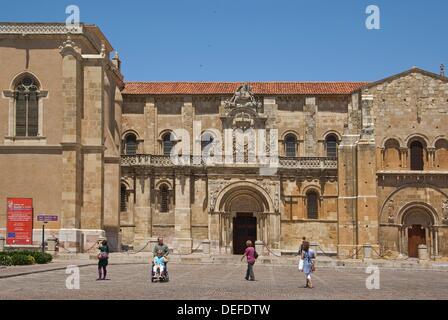 Real basílica de San Isidoro, entrada por la puerta del cordero, Ciudad de León, Castilla y León, España  La Real - Stock Photo