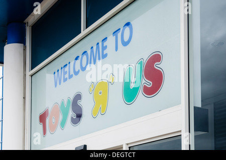 Welcome to Toys-R-Us sign above the store entrance - Stock Photo